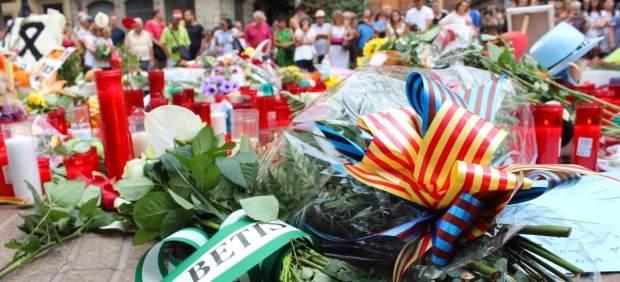 Flores en homenaje a las víctimas del atentado en Barcelona y Cambrils.