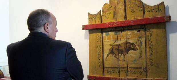 Un visitante de la exposición 'Taurografías' en La Salina de Salamanca