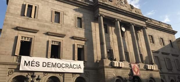 Pancarta en el Ayuntamiento de Barcelona por el 1-O