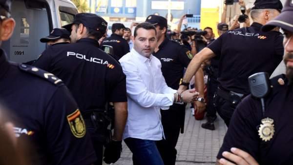 F.J.M., único acusado por el doble crimen de Almonte, llega a la Audiencia.