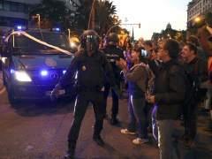 La Policía disparó balas de fogueo para abrirse paso entre los independentistas ante la sede de la CUP