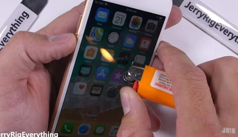 Arañazos, tirones y hasta fuego: el iPhone 8 sale airoso de la prueba de resistencia extrema