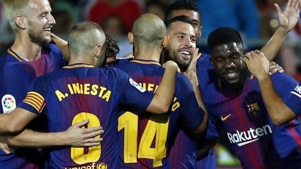 Los jugadores del FC Barcelona felicitan a Jordi Alba
