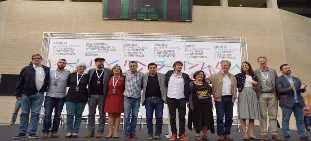 Alcaldes en la asamblea pro referéndum en Zaragoza