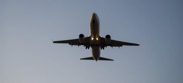 Un avión en pleno vuelo