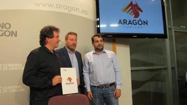 Jorge Marqueta, José Luis Soro y Luis Peralta con la nueva logomarca de Aragón