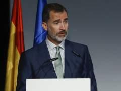 """Felipe VI defiende el diálogo para """"resolver problemas"""""""