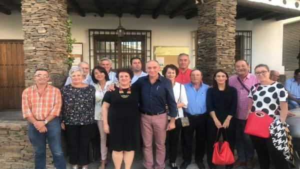 La secretaria provincial del PSOE, Teresa Jiménez, con el exalcalde de Nevada