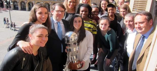 El Equipo De Perfumerías Avenida Con La Copa.