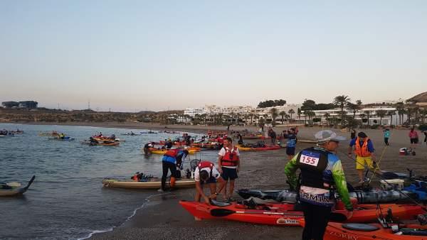 Los participantes han salido a pescar en kayak a primera hora de la mañana.
