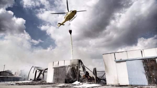 El helicóptero del Consorcio descarga sobre la fábrica