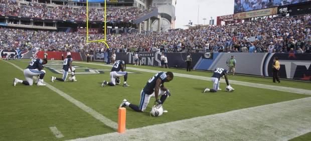 La NFL no obligará a los jugadores de fútbol americano a estar de pie durante el himno