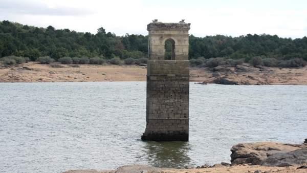 Una torre en el embalse de la Cuerda del Pozo