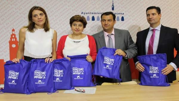 Representantes del Ayuntamiento y La Caixa presentan los kits escolares