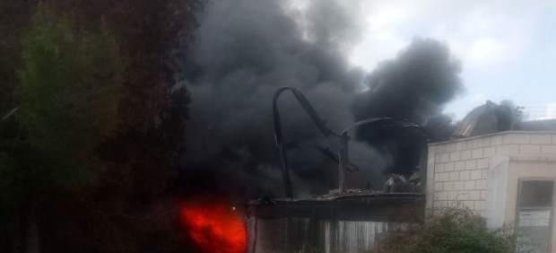 Incendio en una fábrica de reciclaje de productos químicos L'Alcúdia de Crespins