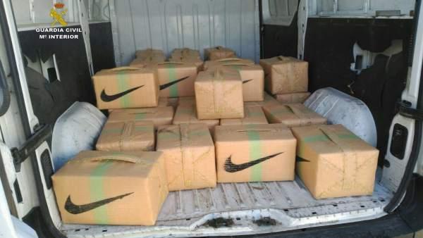 Dos detenidos e interceptada una furgoneta con 1.671 kilos de hachís