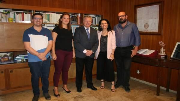 Primo Jurado (centro) recibe a la nueva junta directiva de Fepamic
