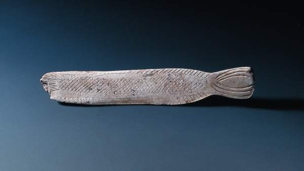 Espátula en forma de pez de la cueva de El Pendo