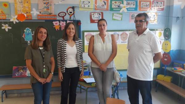 La delegada de Educación visita el CEIP Santa Isabel