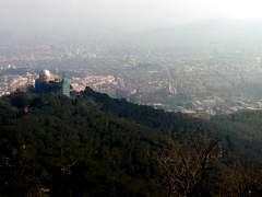 Vista de Barcelona des de l'Observatori Fabra, al Tibidabo, un dia amb alts nivells de contaminació.