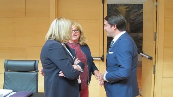 Suárez-Quiñones charla con procuradoras antes de su comparecencia