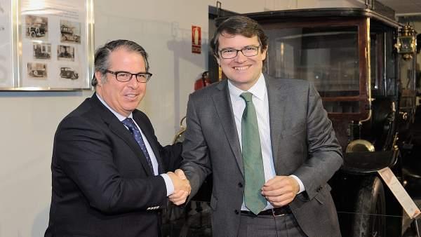 Serrano y Mañueco tras la firma del acuerdo