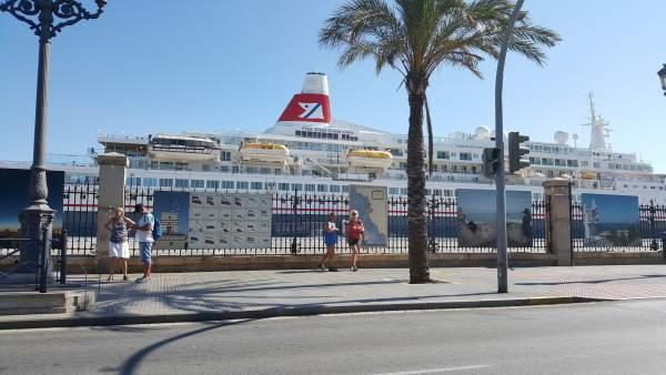 Crucero en el muelle de Cádiz