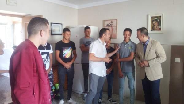 Higinio Almagro con jóvenes extutelados, en la Ciudad de los Niños