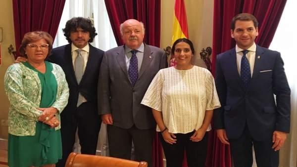 El secretario de Estado de Servicios Sociales e Igualdad (izda.), Mario Garcés