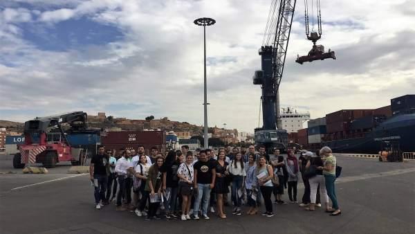 Estudiantes del IES Fuente Nueva en el Puerto de Almería