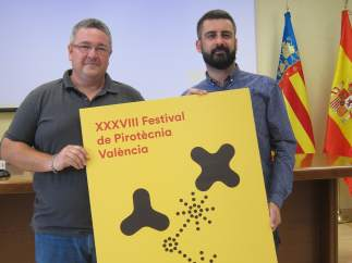 Pere Fuset y José Manuel Crespo con el cartel del Festival de Pirotécnia