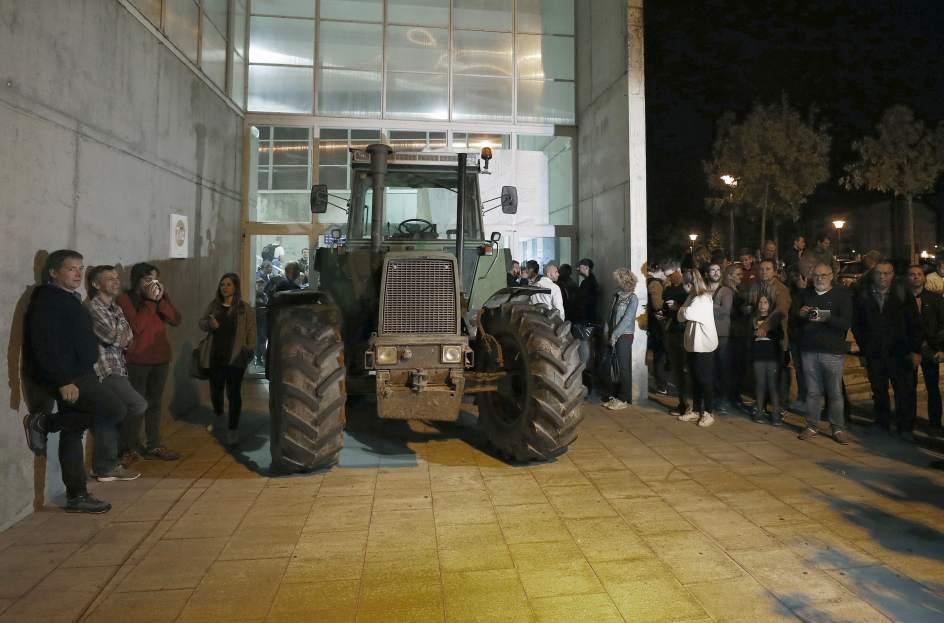 Tractor en el cole donde Puigdemont vota