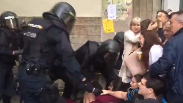Antidisturbios durante el referéndum del 1-O.