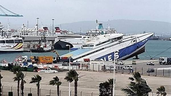 Buque hundiéndose en el puerto de Algeciras