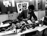 Yves Saint Laurent trabajando en su estudio, 1976