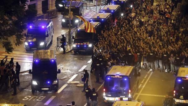 Los Mossos escoltan furgones de la Policía por la concentración de ... 4fc77e3e429