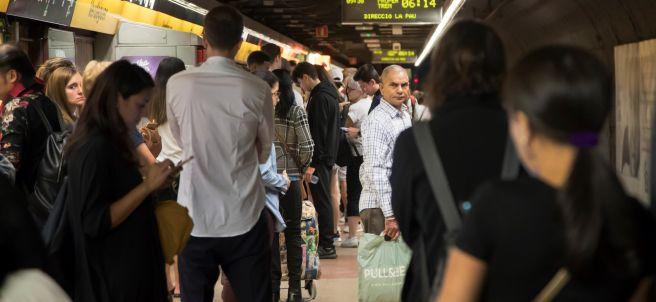 Aglomeración de pasajeros en el metro
