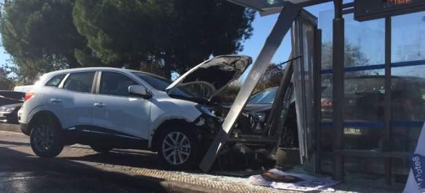 Un coche se empotra contra una marquesina