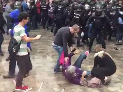 Decenas de heridos durante las cargas policiales del 1-O.