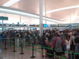 Control de pasajeros en el Aeropuerto de El Prat de Barcelona.
