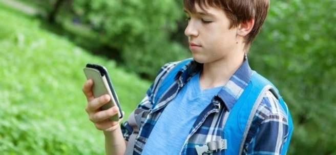 Niño utilizando un teléfono móvil