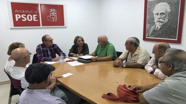 Diputados del PSOE se reúnen con emigrantes retornados.