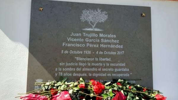 Tres vecinos de Moclín reciben un entierro digno tras 81 años en una fosa común