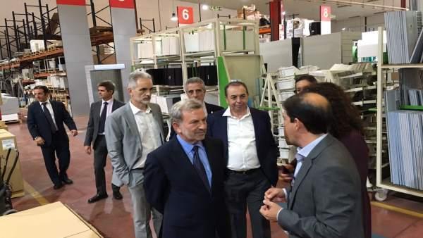 Autoridades durante su visita a una de las empresas