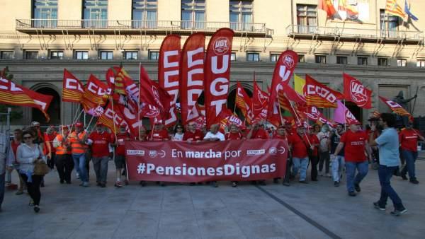 La macha de los sindicatos llega a la plaza del Pilar de Zaragoza.