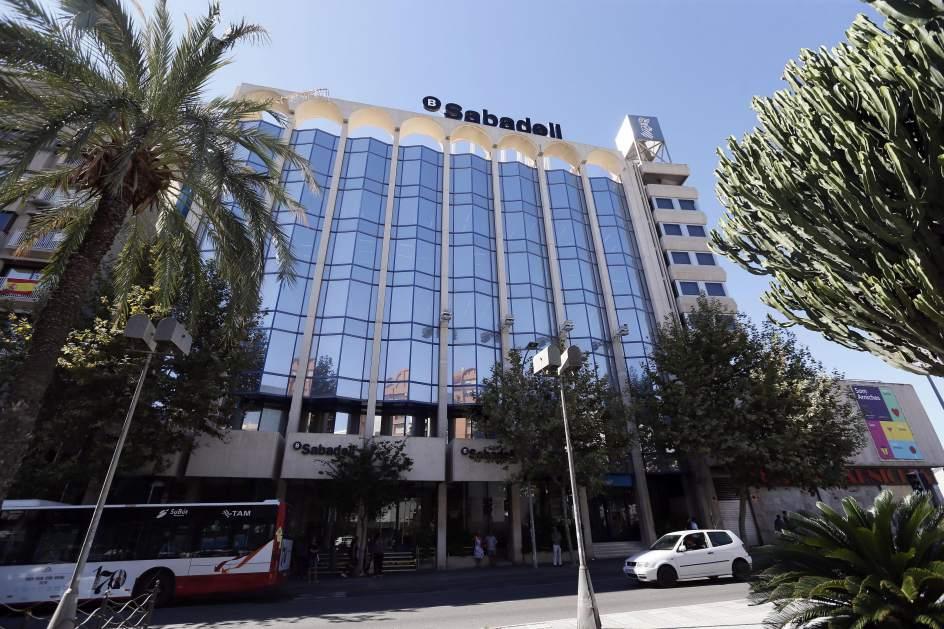Fuga de empresas varios bancos y empresas catalanas salen for Banc sabadell pisos