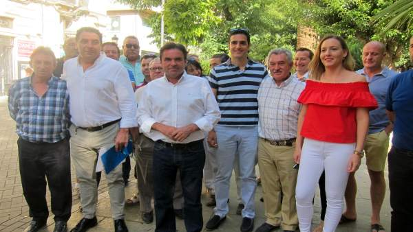 Miguel Moreno (c), junto a integrantes del PP jiennense que apoyan su proyecto.