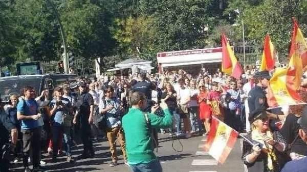 Manifestantes de ambos lados