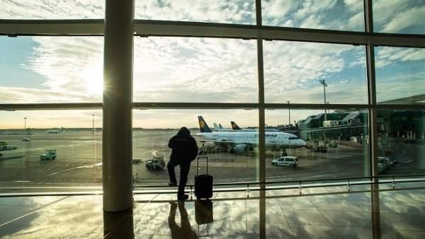 Viajero con maleta en aeropuerto