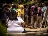 Mujer obesa sentada en un banco